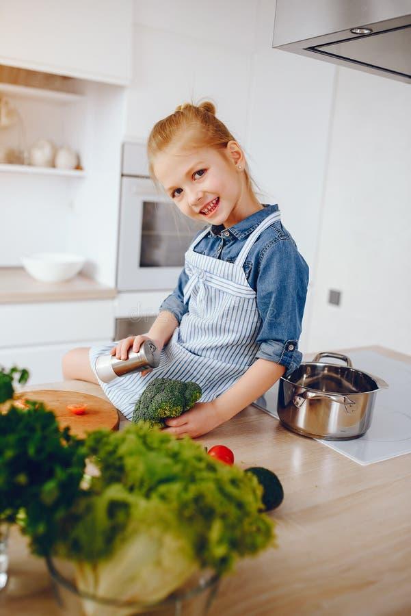 Menina em uma cozinha foto de stock royalty free