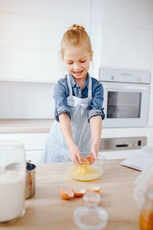 Menina em uma cozinha imagem de stock
