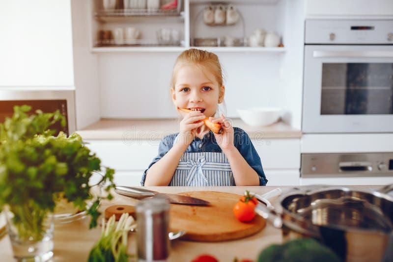 Menina em uma cozinha foto de stock