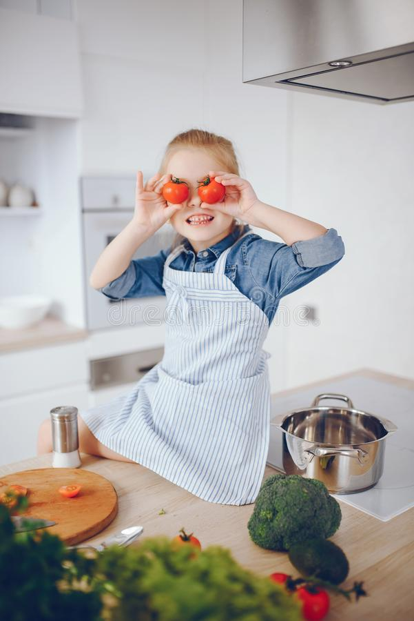 Menina em uma cozinha fotografia de stock