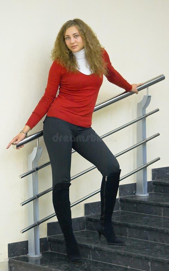 Menina em uma escada foto de stock