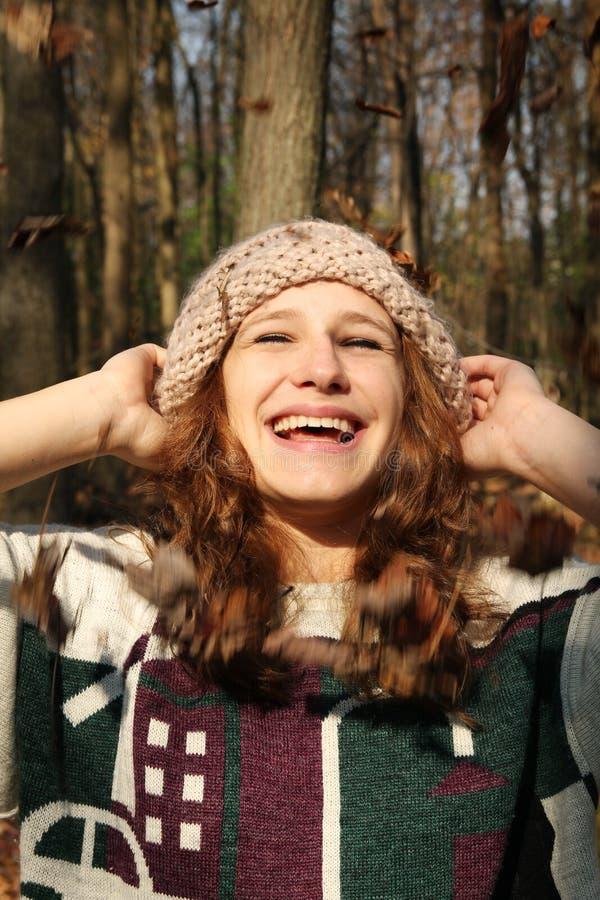 Menina em uma floresta imagem de stock
