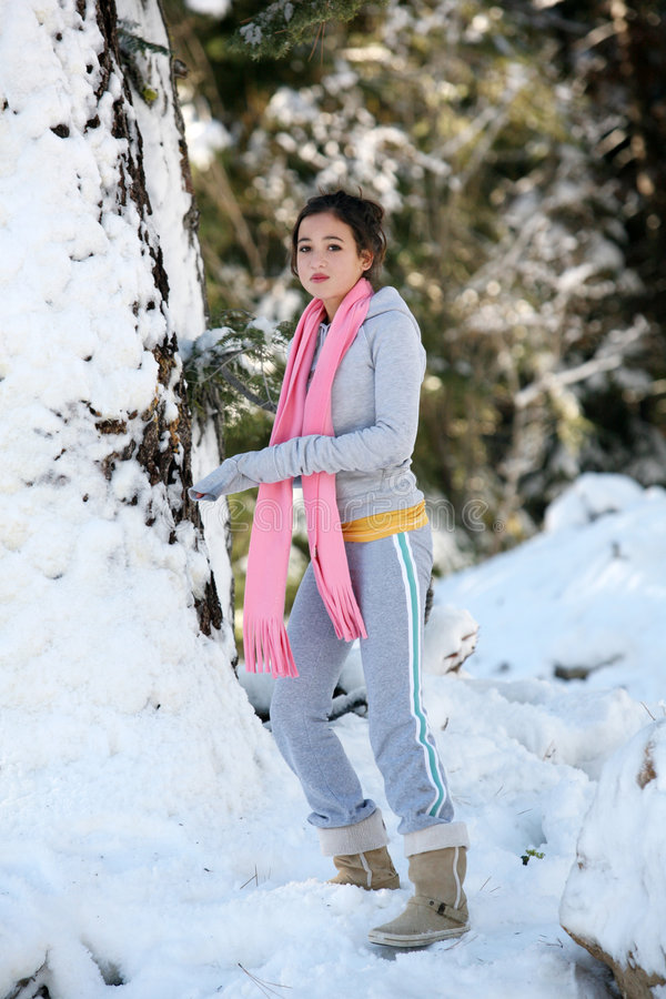 Menina em uma floresta do inverno foto de stock royalty free