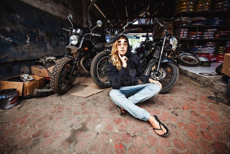 menina em uma garagem do grunge foto de stock