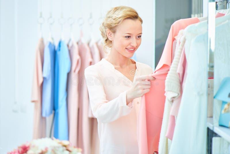 Menina em uma loja de roupa fotos de stock