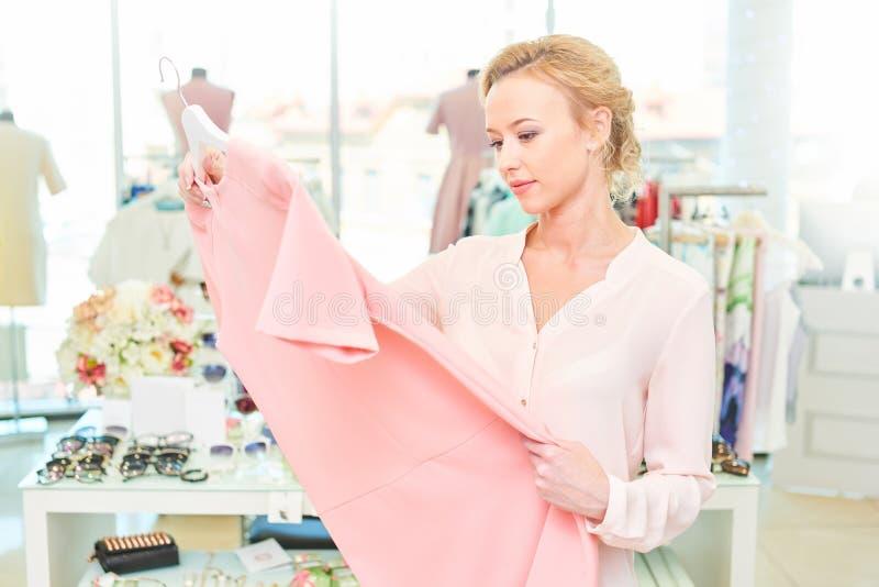 Menina em uma loja de roupa fotografia de stock royalty free