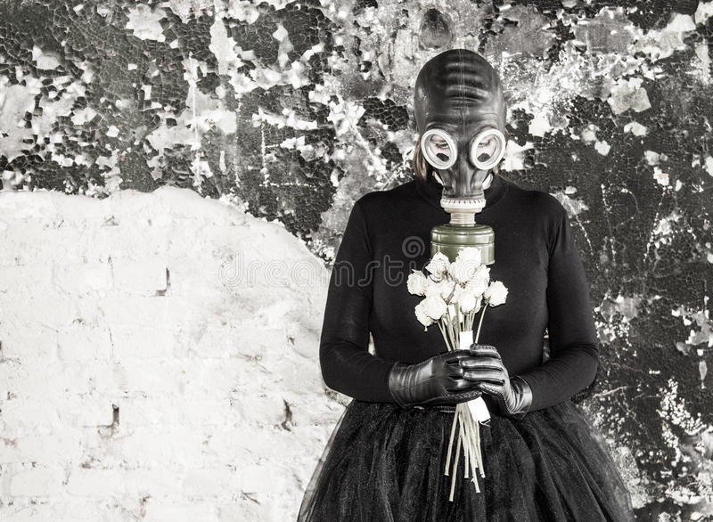 A menina em uma máscara de gás A ameaça da ecologia fotografia de stock