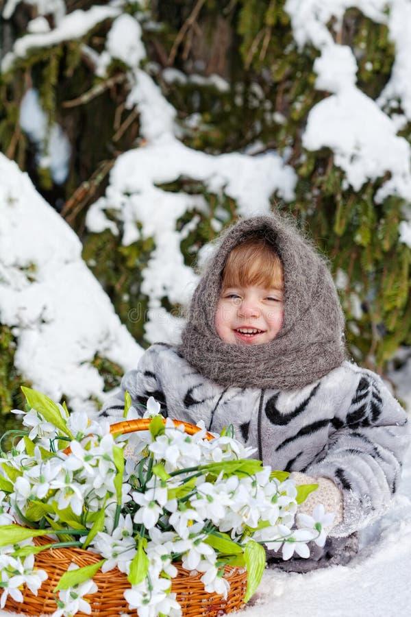 Menina em uma madeira do inverno imagem de stock royalty free