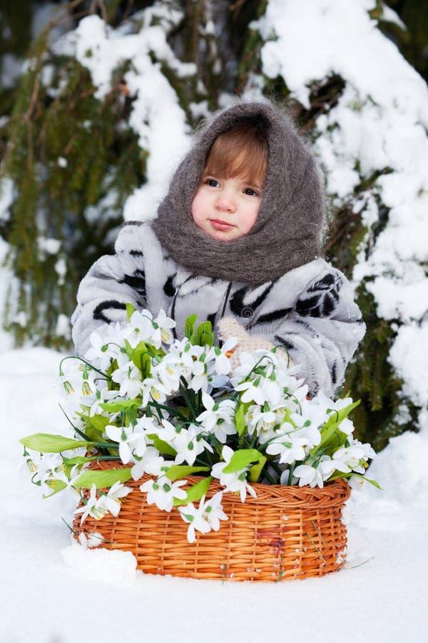 Download Menina Em Uma Madeira Do Inverno Foto de Stock - Imagem de pele, árvore: 26507474