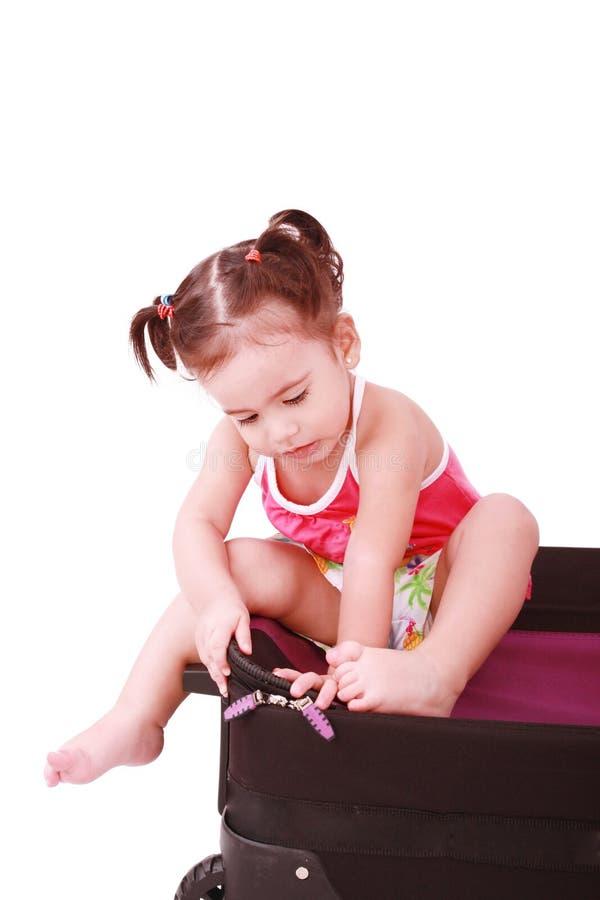 Menina em uma mala de viagem. imagem de stock