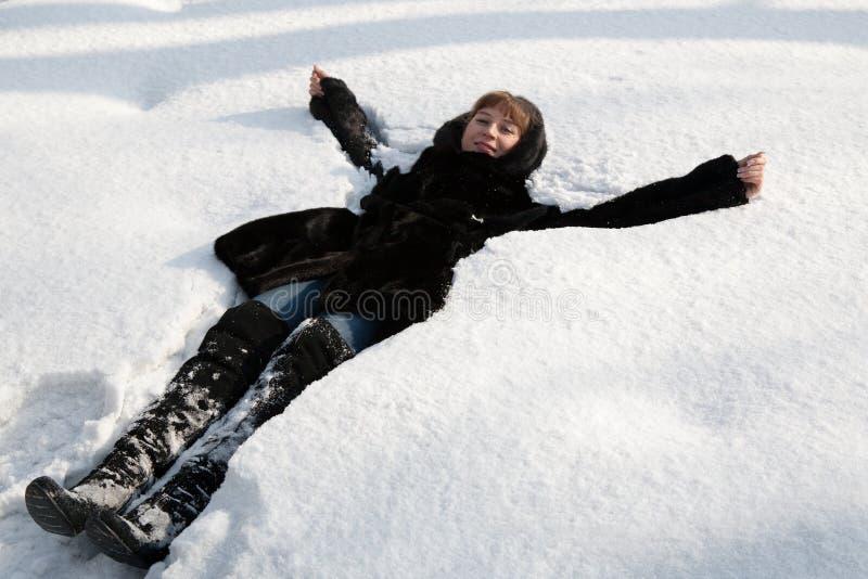 A menina em uma neve fotografia de stock royalty free