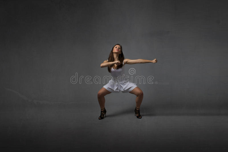 Menina em uma pose das artes marciais fotografia de stock