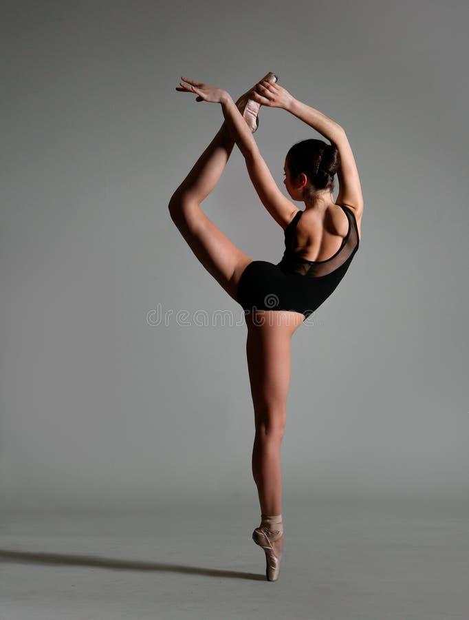 A menina em uma pose geométrica fotografia de stock royalty free