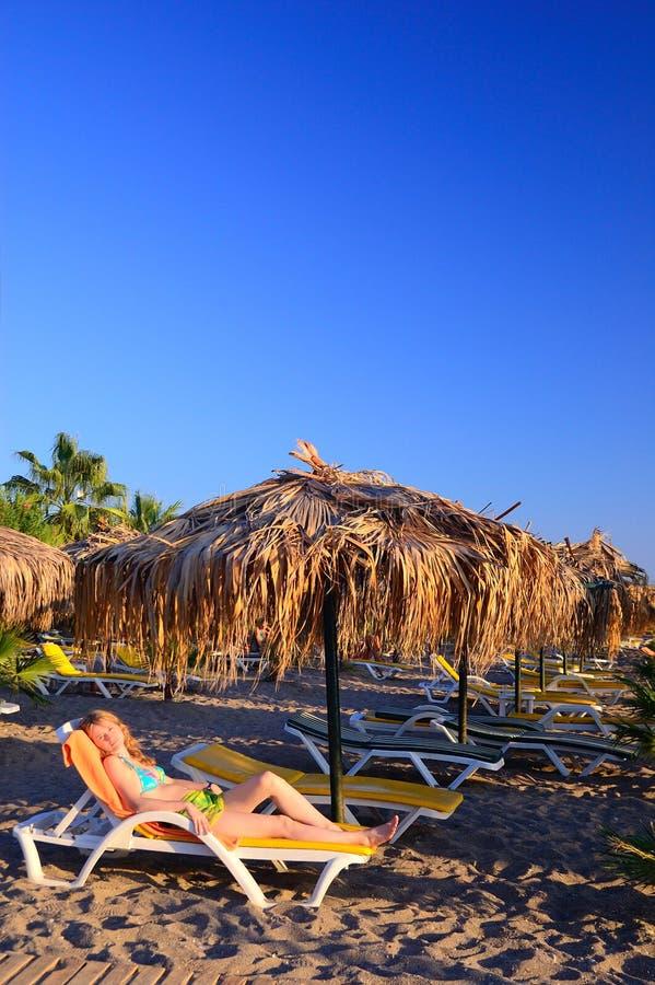 A menina em uma praia foto de stock royalty free