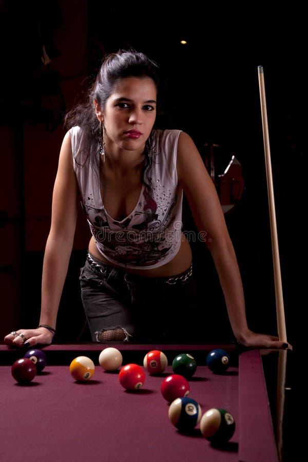Menina em uma tabela de snooker fotografia de stock royalty free