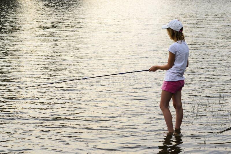 Menina em uma viagem de pesca imagem de stock