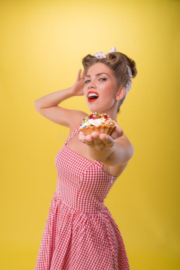 Menina emocional bonita com sorriso bonito no pino foto de stock royalty free