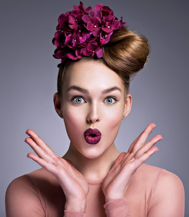 Menina emocional com fowers roxos imagem de stock royalty free