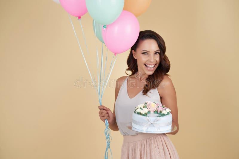 Menina emocional ectática do aniversário com bolo e balões fotos de stock royalty free