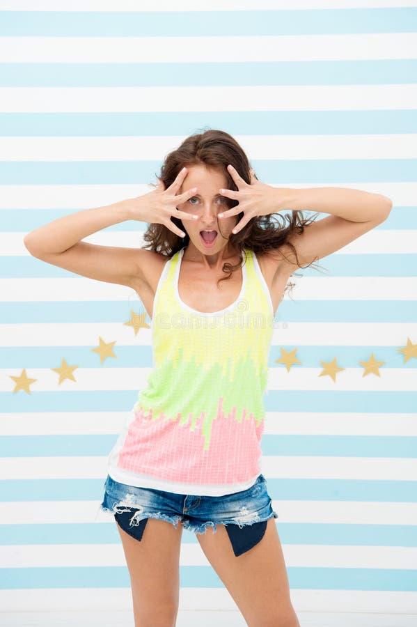 Menina emocional Menina engraçada com olhos e boca largamente aberta na cara emocional Expressões faciais expressivos sentimento fotografia de stock
