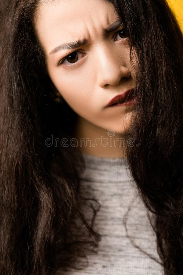 Menina emocional incerta perturbada duvidosa foto de stock royalty free
