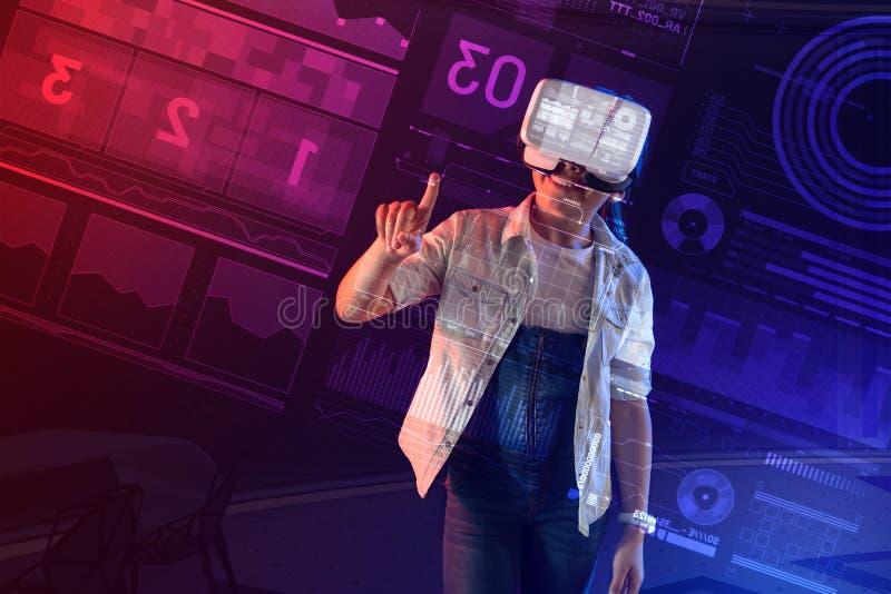 Menina emocional que sorri e que veste vidros da realidade virtual fotos de stock royalty free