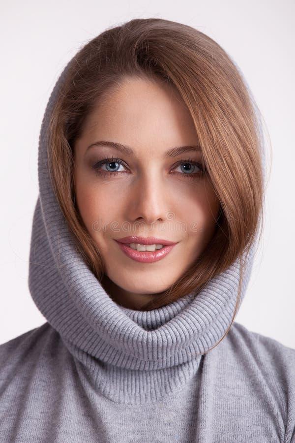 Menina encantador bonita em uma camisola de lãs foto de stock royalty free