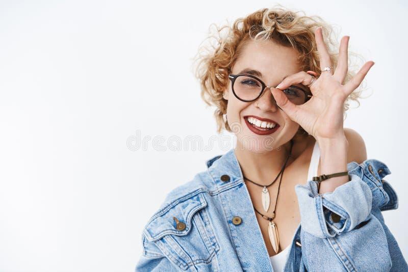 Menina encantador feliz que fica a vista positiva com o gesto da aprovação que sente alegre e despreocupado, sendo levantamento o fotografia de stock royalty free