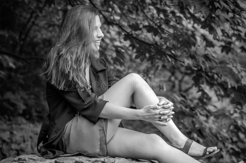 Menina encantador nova o adolescente com cabelo longo que anda no parque no dia de verão ensolarado quente de Lviv Striysky na na imagem de stock royalty free