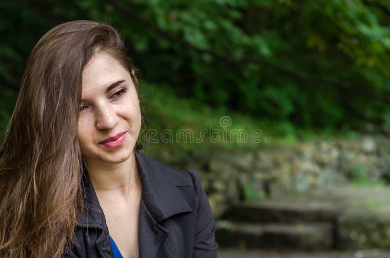 Menina encantador nova o adolescente com cabelo longo que anda no parque no dia de verão ensolarado quente de Lviv Striysky na na fotos de stock