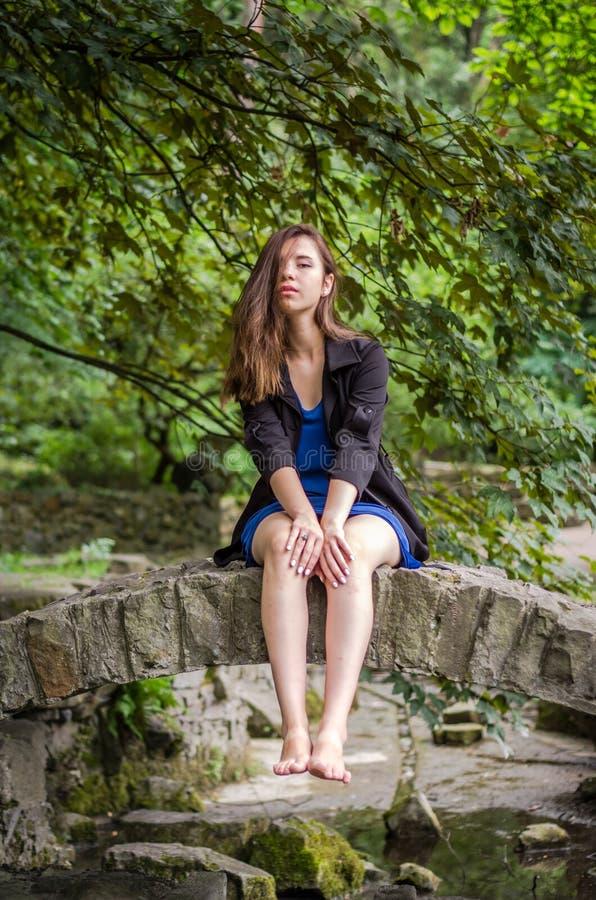 Menina encantador nova o adolescente com cabelo longo que anda no parque no dia de verão ensolarado quente de Lviv Striysky na na fotos de stock royalty free