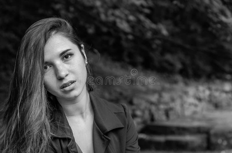 Menina encantador nova o adolescente com cabelo longo que anda no parque no dia de verão ensolarado quente de Lviv Striysky na na fotografia de stock