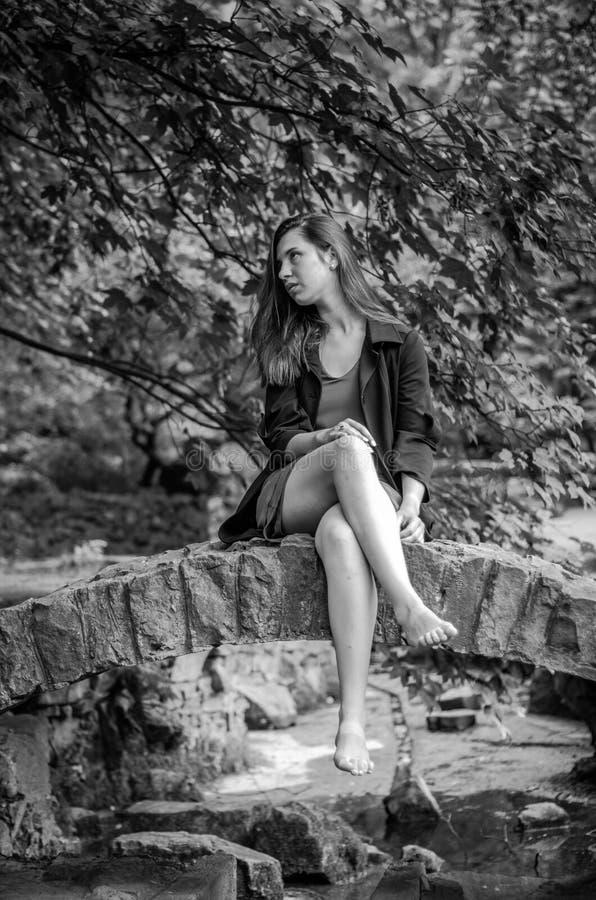 Menina encantador nova o adolescente com cabelo longo que anda no parque no dia de verão ensolarado quente de Lviv Striysky na na foto de stock royalty free