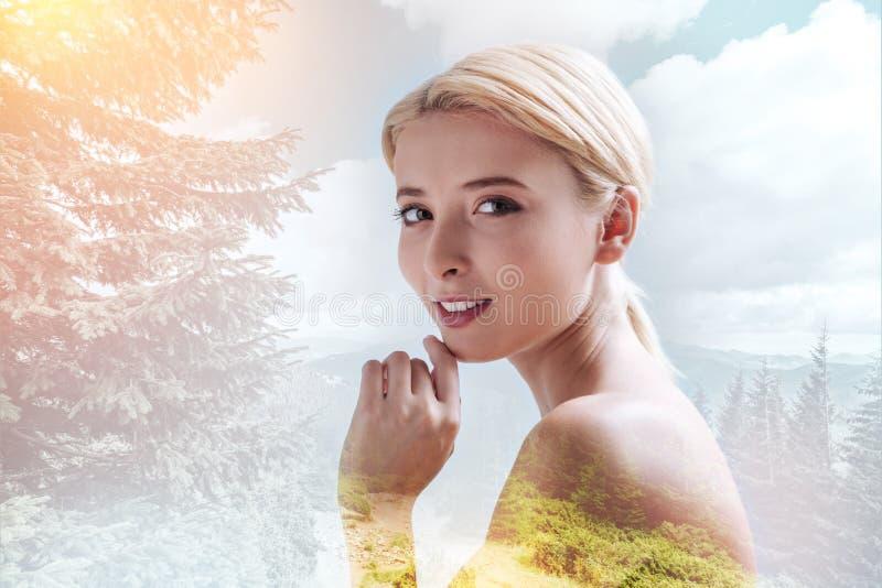 Menina encantador que expressa o otimismo contra o fundo da natureza fotos de stock royalty free
