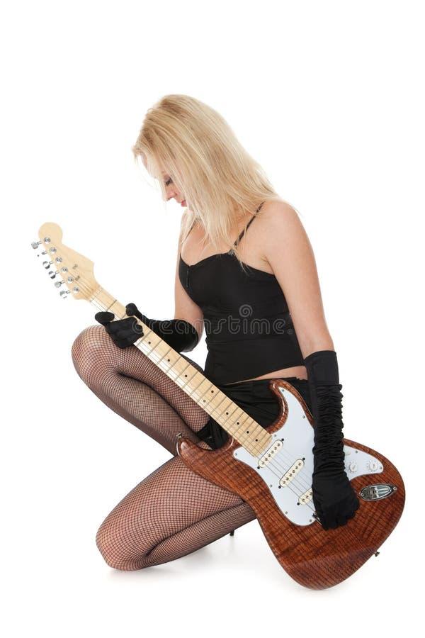 Menina encantadora com guitarra elétrica fotografia de stock royalty free