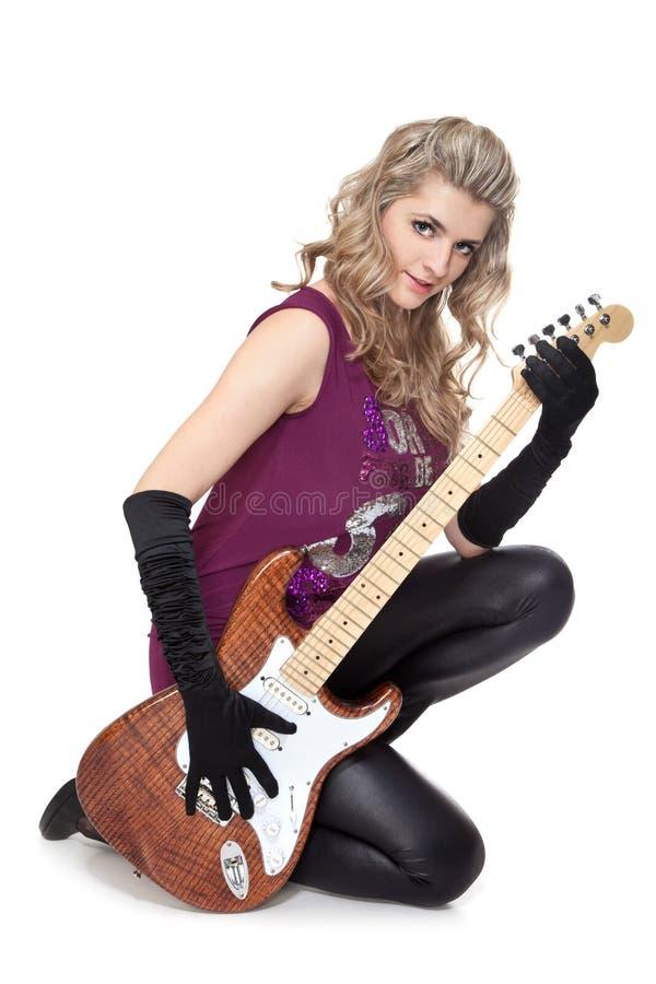 Menina encantadora com guitarra elétrica imagens de stock