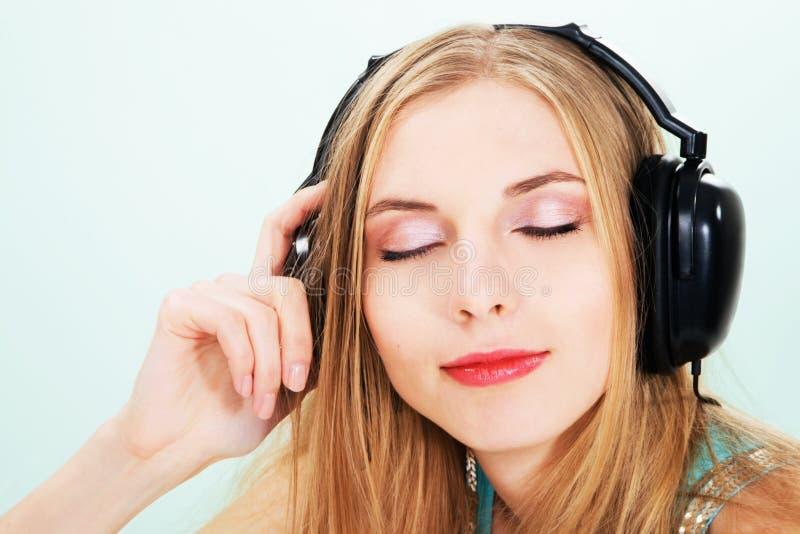 Menina encantadora que escuta uma música fotografia de stock