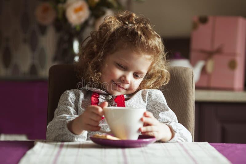 Menina encaracolado pequena bonita imagem de stock royalty free