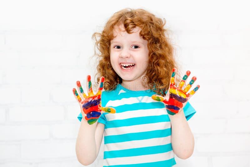 Menina encaracolado pequena feliz. fotografia de stock royalty free