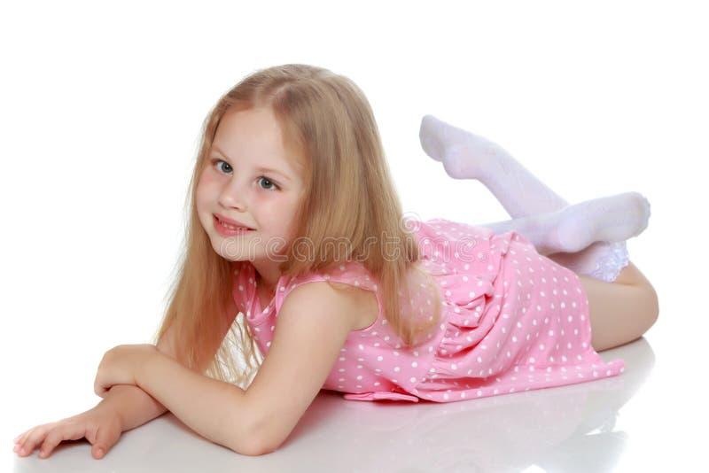 A menina encontra-se no assoalho foto de stock royalty free