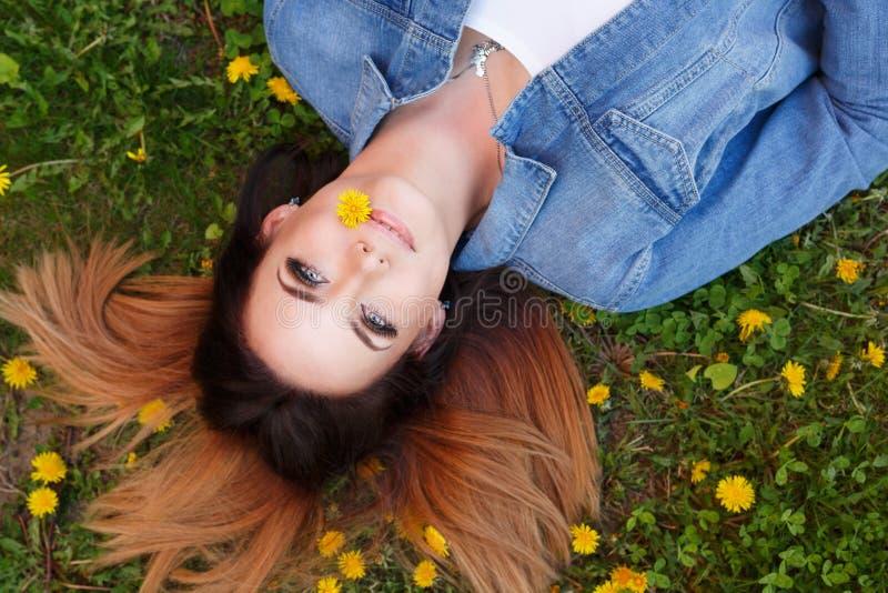 A menina encontra-se no gramado fotos de stock royalty free