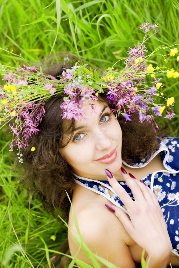 Menina, encontrando-se no campo de grama imagem de stock