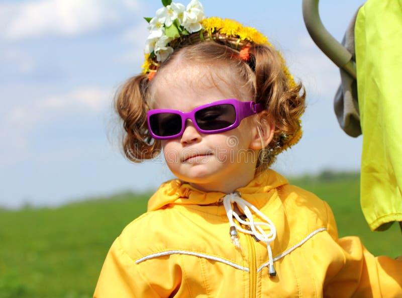Menina engraçada bonito nos óculos de sol imagem de stock royalty free