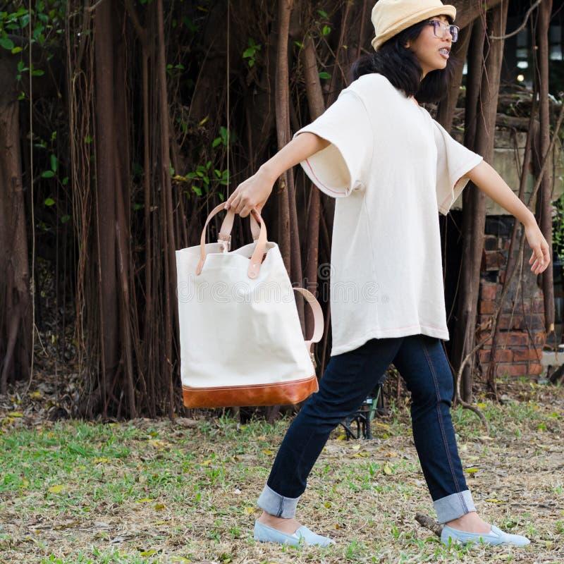 Menina engraçada com a bolsa no fundo da natureza fotografia de stock royalty free