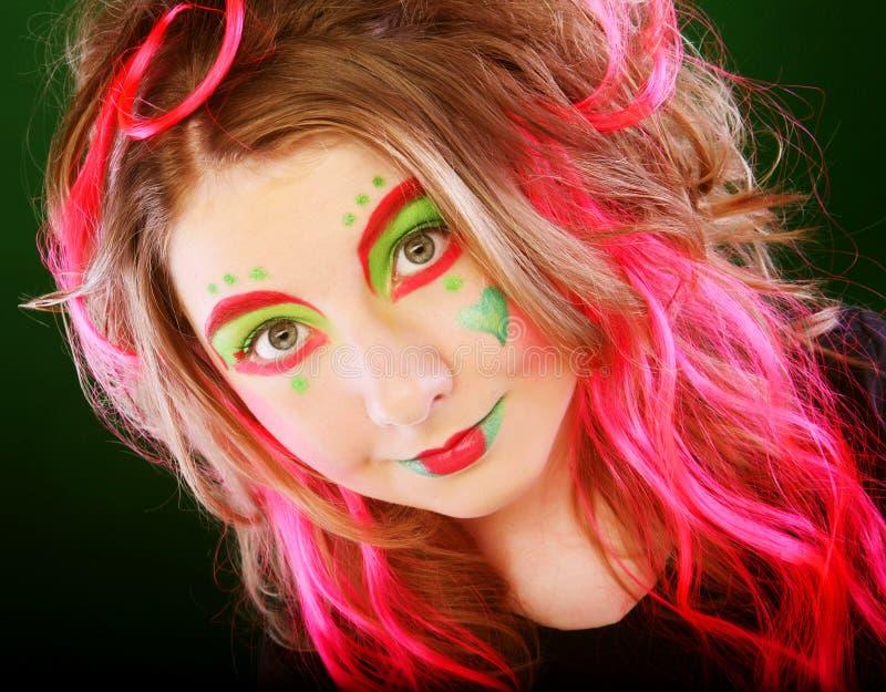 Menina engraçada com cabelo cor-de-rosa foto de stock