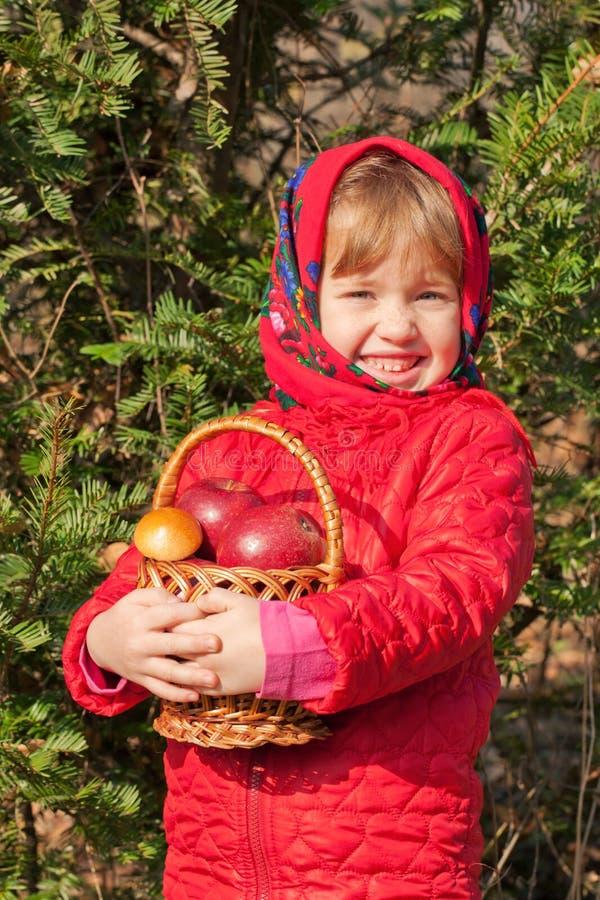 Menina engraçada com cogumelos e maçãs fotografia de stock