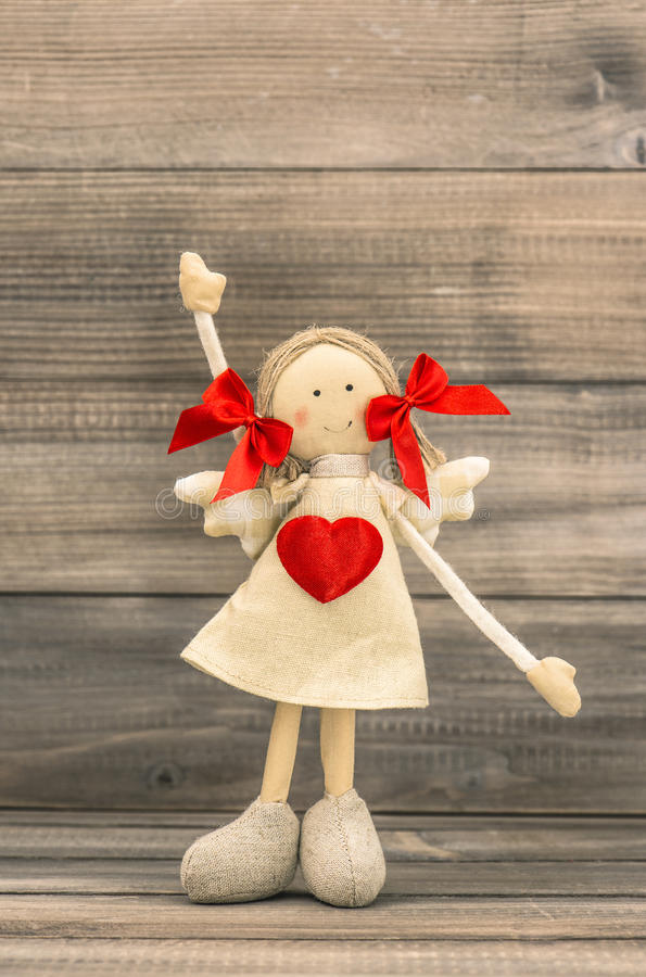 Menina engraçada com coração vermelho Cumprimentos dos feriados fotos de stock royalty free