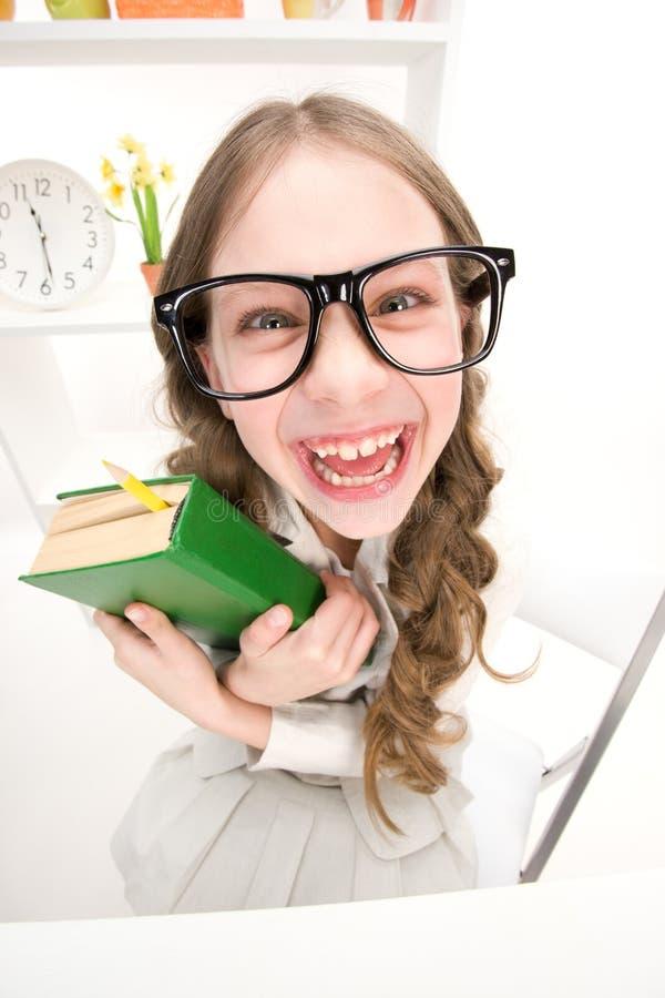 Menina engraçada com Livro Verde foto de stock