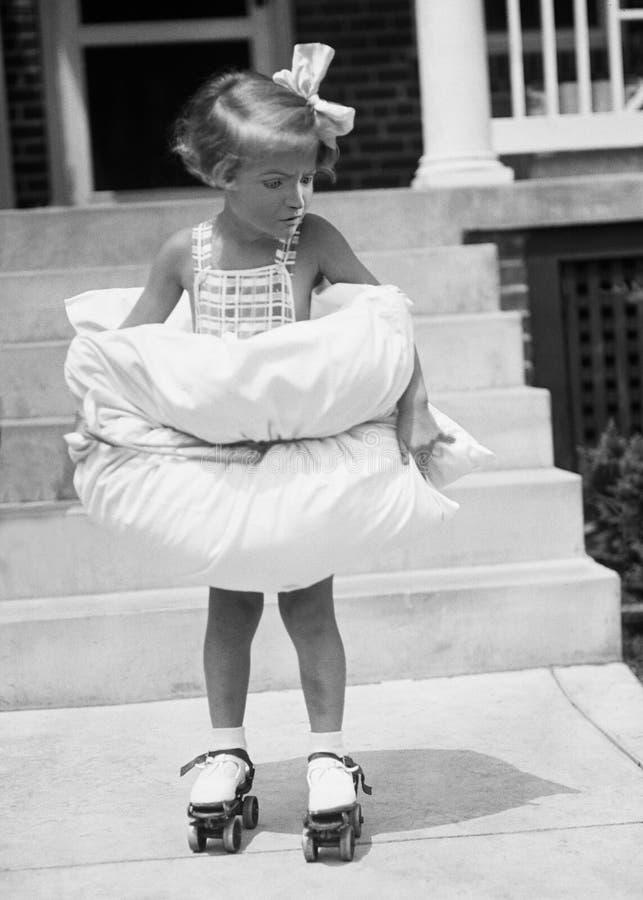 Menina engraçada do vintage, patins de rolo, jogando imagem de stock royalty free