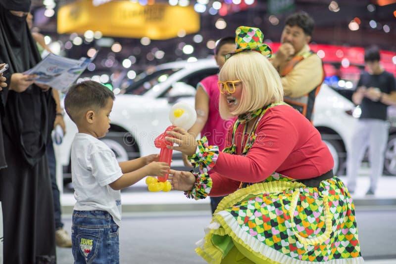 Menina engraçada não identificada que faz feliz childern na expo internacional 2015 do motor de Tailândia fotografia de stock royalty free